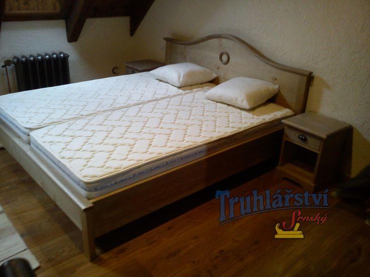 Postel a noční stolky, vyrobeny z masivního smrkového dřeva, mořené, nástřik transparentní lak