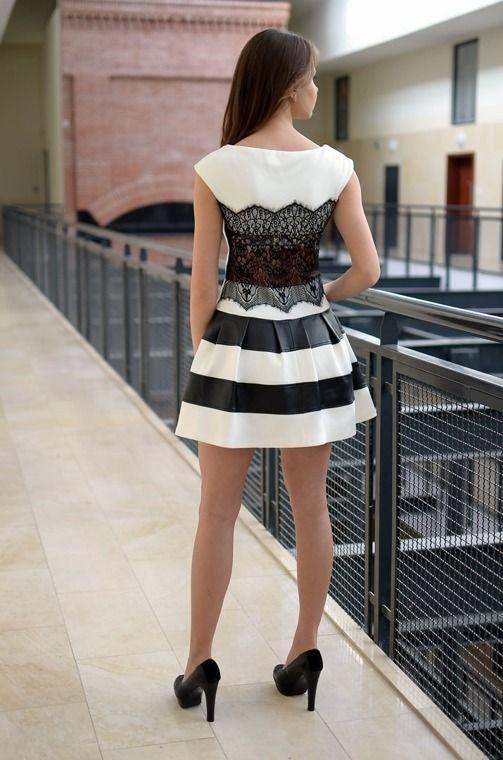 Sukienka z koronkowym tyłem i ze wstawkami eko-skóry. Wykonana z najlepszych materiałów. Doskonałe do licznych stylizacji na każdą okazję, modny design i niepowtarzalny wygląd.