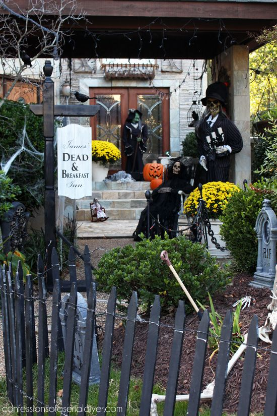 Outdoor halloween decor at for Pinterest halloween outdoor decorations