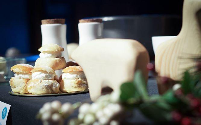 Semla, tipico dolce scandinavo a base di pasta di mandorle e panna montata #bjork #swedishbrasserie #bjorkaosta