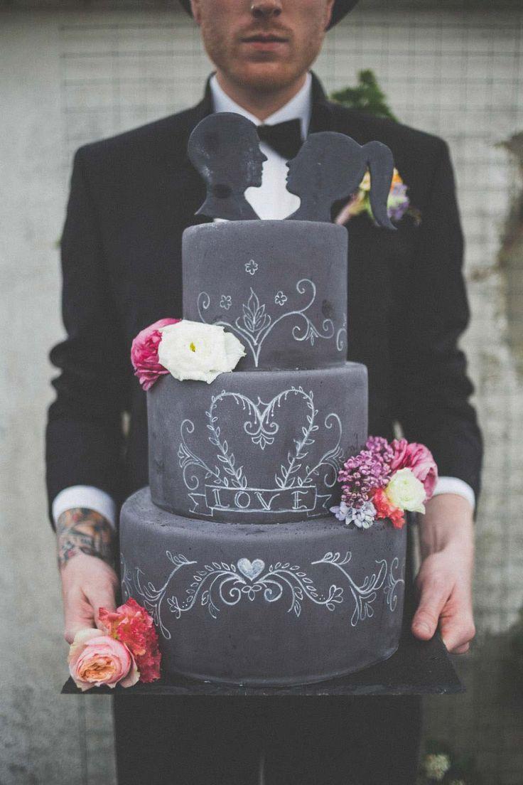 Rockig & Alternativ – Eine originelle Calkboard Hochzeitsinspiration Torte von Tortenmacher Foto von Die Bahrnausen