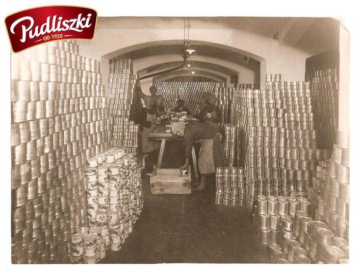 1930r. - Etykietowanie w magazynie wyrobów gotowych Pudliszki #pudliszki #historia