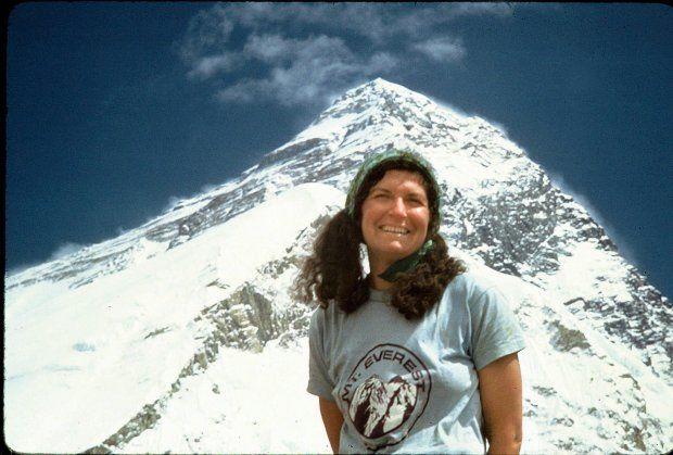 """Spod klosza na szczyt. Arlene Blum. W 1969 roku Arlene Blum przeczytała w ulotce reklamującej wyprawę na Mount McKinley - najwyższy szczyt Ameryki Północnej: """"Kobiety mogą wziąć udział w ekspedycji tylko w charakterze pomocy kuchennej"""""""