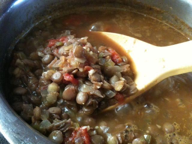 レンズ豆のサラダ  レンズ豆(緑)・・カップ2 にんにく・・3片 ピーマン・・1~2 玉ねぎ・・1/2個 完熟トマト・・少2個(150g) 塩・・小さじ2 胡椒・・適宜 水・・1リットル オリーブオイル・・大さじ1 作り方  豆をよく洗い、1リットルの水から茹でて沸騰後15分ほど茹でる。 同時に、トマト以外の野菜をみじん切りにし、トマトは湯剥きしたら荒くきざむ。 フライパンでオリーブオイル大さじ1でにんにくのみじん切りをローストして、油に香りを移す。 続けて玉ねぎ、ピーマンを炒め、しんなりしたらトマトを加えて煮詰める。 汁けがなくなったら1の豆を一気に混ぜ合わせ、塩を胡椒で調味し、5分ほどくつくつ煮込む♪
