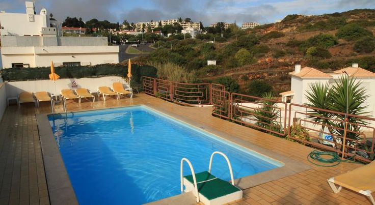 Colina do Mar Albufeira 3-star Colina do Mar is centrally located in historic Albufeira, just 200 metres from the beach. It has a roof top swimming pool with ocean views and a sun terrace.  Guest rooms at Hotel Colina do Mar offer air conditioning and satellite TV.