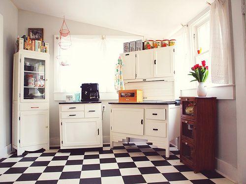Rutigt golv i kök är ganska fint ändå.