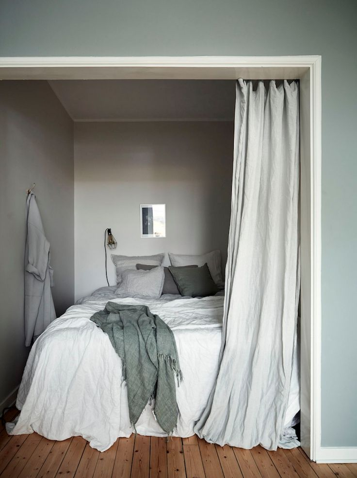 Inspiration for small spaces: a wonderful green and white Swedish flat with a beautiful bed corner