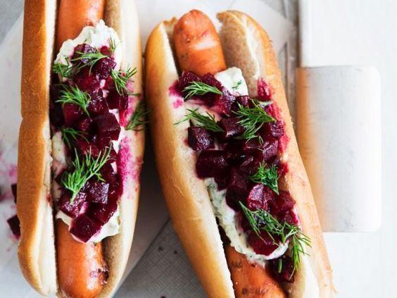 Hot Dogs mit Remoulade und Rote Bete Würfel ist ein Rezept mit frischen Zutaten aus der Kategorie Fleisch. Probieren Sie dieses und weitere Rezepte von EAT SMARTER!
