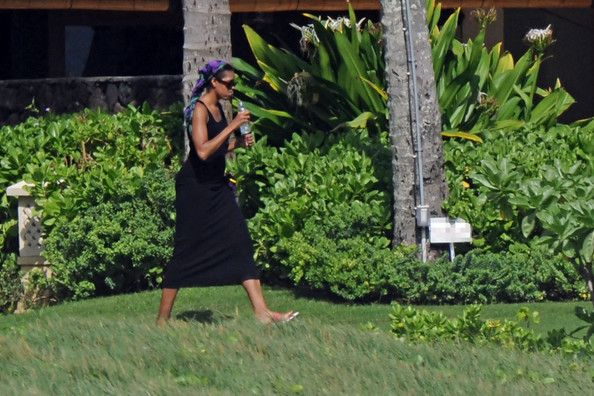 Michelle Obama Photos - A shirtless Barack Obama and his family vacation at a beachside compound in Hawaii. - Michelle Obama Photos - 8675 of 9409