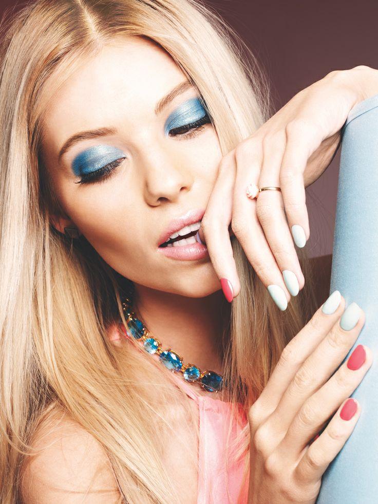Sininen silmämeikki, pinkit huulet ja värikkäät kynnet kirpeään talvipäivään | Blue eye makeup, pink lips and colourful nails for a crispy winter's day