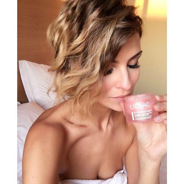 Arrivata in hotel, pronta per la beauty routine prima di mettermi a lavoro. Anche se di corsa, non posso rinunciare alla #MyLieracRoutine! Segui @lierac_italia su Instagram e condividi il tuo momento di bellezza. #Lierac #hydragenist #labellezzanonhaetà #beauty #skincare #bellezza