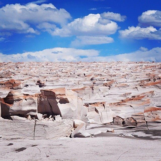 Una formación rocosa que parece un glaciar (Campo de Piedra Pómez, Catamarca)  Parecen esculturas a más de 3.000 metros de altura, un mar de piedra pómez que simulan olas petrificadas y formas difíciles de describir: para algunas, una paisaje lunar, pero para otros, simplemente un paisaje más de la puna, en cercanía de El Peñón, en la provincia de Catamarca, al norte de Argentina. Los bloques de piedra se suceden como edificios hasta perderse en el horizonte. Argentina