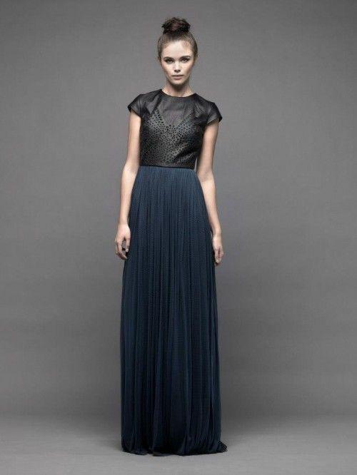 Vestido de fiesta largo con falda en color azul marino y top de piel