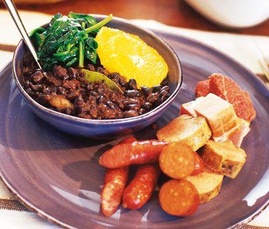 Feijoada är en Brasiliansk böngryta som tillagas av chorizo, svarta bönor, oxbringa, kassler, apelsiner och lagerblad. Denna mustiga och mättande gryta kan med fördel tillagas i förväg. Servera ris till böngrytan.