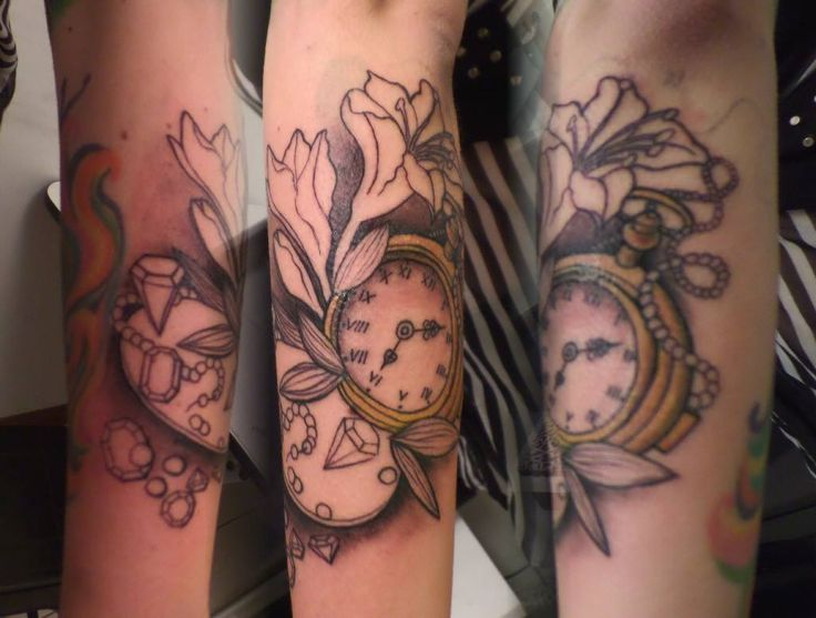 Tatuaje de reloj con flores, tattoo clock with flowers, time tattoo, ink