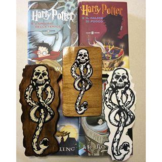 Buongiorno!  nuovi simboli del marchio nero di Voldemort da appendere ❤️ si ILLUMINANO AL BUIO! Li trovate sulla nostra pagina fb  Le creazioni di Anaron il Pellegrino. Ps: i libri non sono in vendita xD #legno #wood #handmade #fattoamano #painting #fosforescente #glowinthedark #glow #harrypotter #voldemort #serpeverde #slytherin #slytherinhouse #mangiamorte #jkrowling #ziajo #hogwarts #fantasy #fantastic #saga #book #fan