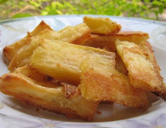 """Mandioca """"Frita"""" no Forno (vegan). Hummm sinto até o cheirinho."""
