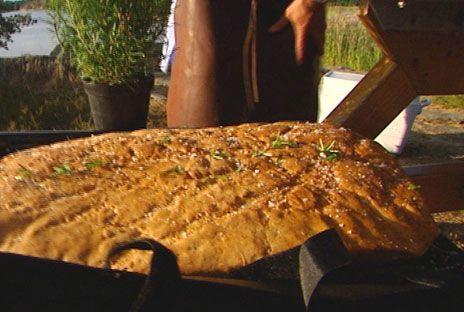Baka ditt eget bröd, det både doftar gott och smakar underbart. Dinkelmjöl ger lägre GI än vetemjöl.