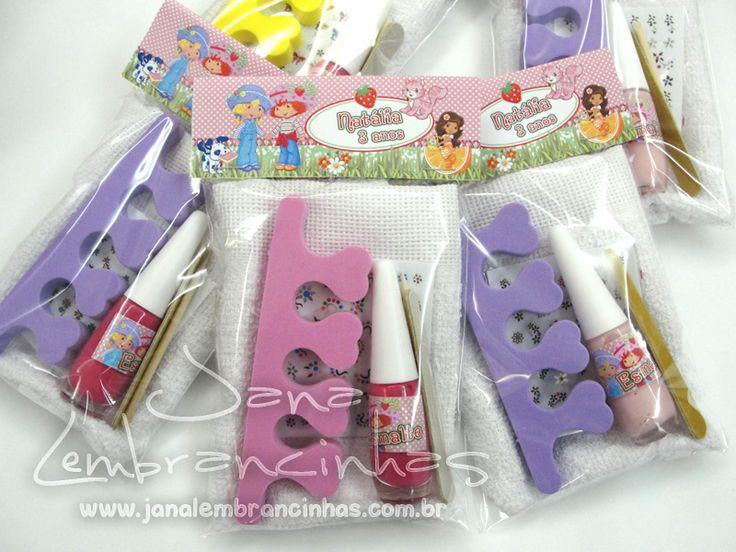 Kit manicure - acompanha: separador de unha, lixa, adesivos decorativos e esmalte. R$: 7,90