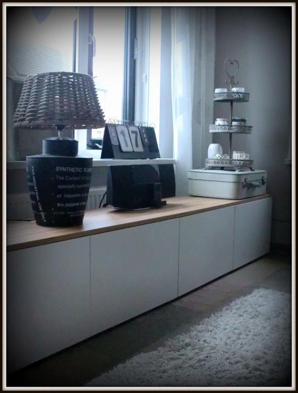 Witte tv meubel/dressoir van Ikea Besta met daar boven op een teak houten meubelpaneel!!