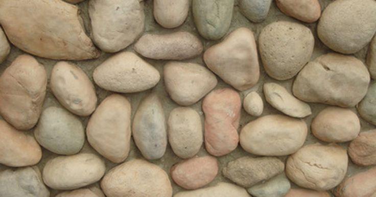 Como construir um muro de pedras com argamassa. Um muro de pedra é um elemento atraente, útil e econômico para qualquer paisagem. Você pode pegar pedras de um rio local seco ou do leito de um riacho. Se não conseguir, pode comprá-las e transportá-las para o local. O segredo desse tipo de muro que se mantém de pé por muito anos está na sua fundação. Uma pessoa com corpo resistente e algumas ...