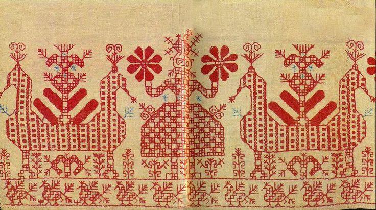 """""""Дева"""" и """"солнечные колесницы"""" с птицами на части подола новгородской женской рубахи"""