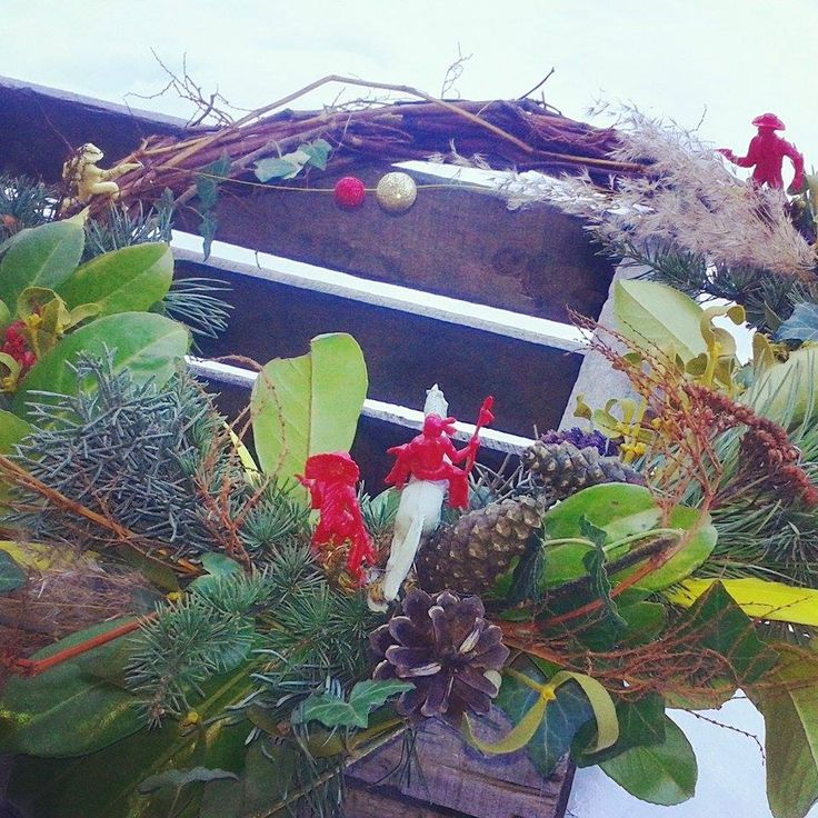 Wreath for Planks ski shop in Tignes. Added a little western story to make it fun. Little plastic toys nobody's playing with can be used like this :) Creative christmas wreath idea.