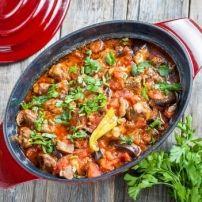 Deze stoofschotel is rijk aan groente, niet scherp en zeker niet vet. Wie niet van lamsvlees houdt kan kalkoen of kipfilet gebruiken.