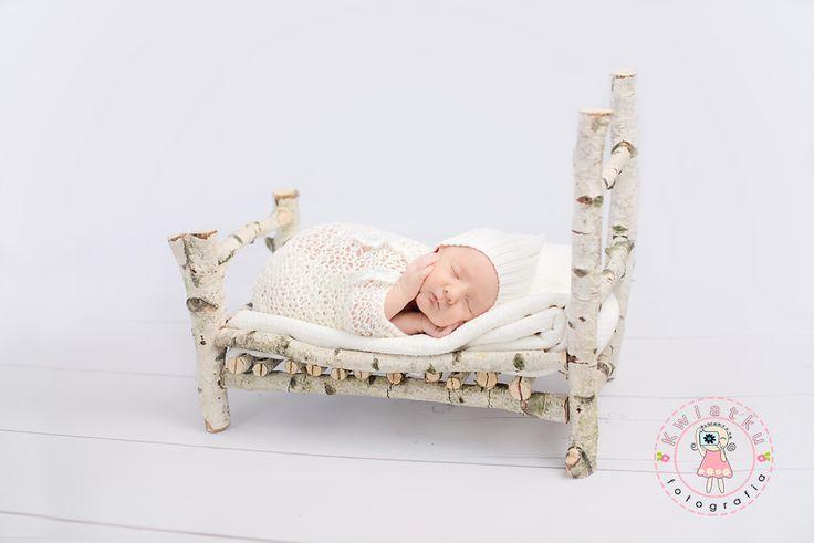Kwiatku fotografia noworodkowa trójmiasto, dziewczynka, zdjęcie noworodka, newborn, maleństwo śpi, drewniane łóżeczko, noworodek w małym łóżeczku.