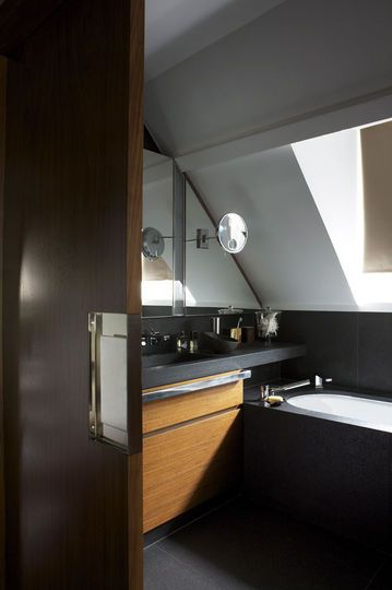 Une porte coulissante pour une salle de bains sous les combles - 21 belles salles de bains qui optimisent l'espace - CôtéMaison.fr
