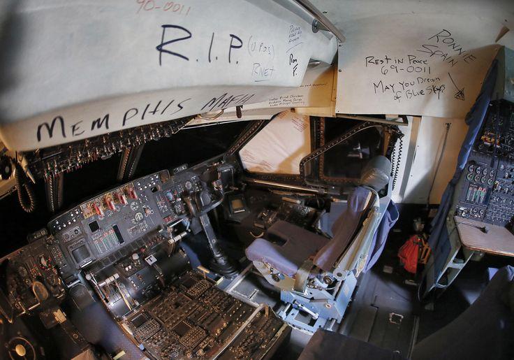 Mensajes de despedida escritos en la cabina de un C-5 Galaxy (AP)