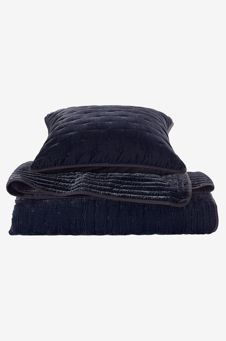 Överkast med framsida i tvättad sammet med quiltat mönster i form av korsstygn och lätt lyster. Baksida i bomull. Stl 180x260 cm.
