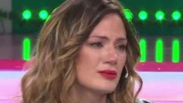 """Paula Chaves se quebró en vivo tras las críticas por la tapa de la revista Gente Angustiada, la modelo tuvo un ataque de llanto por TV. En la portada cuenta que hoy elige """"ser ama de casa"""" y se muestra con una aspiradora en la mano... http://sientemendoza.com/2017/03/29/paula-chaves-se-quebro-en-vivo-tras-las-criticas-por-la-tapa-de-la-revista-gente/"""