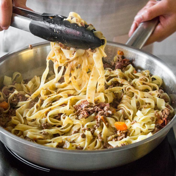 Selbstgemachte Bolognese Sauce schlägt jede Tütchenvariante, dank frischen Zutaten und langsamen Köcheln bei niedriger Temperatur. Probier es gleich aus.