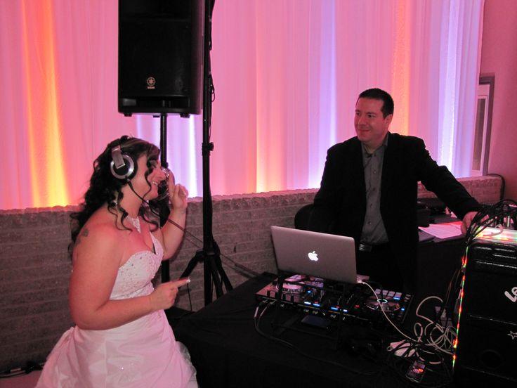 Même la mariée a ''mixé'' sa demande spéciale avec le DJ!