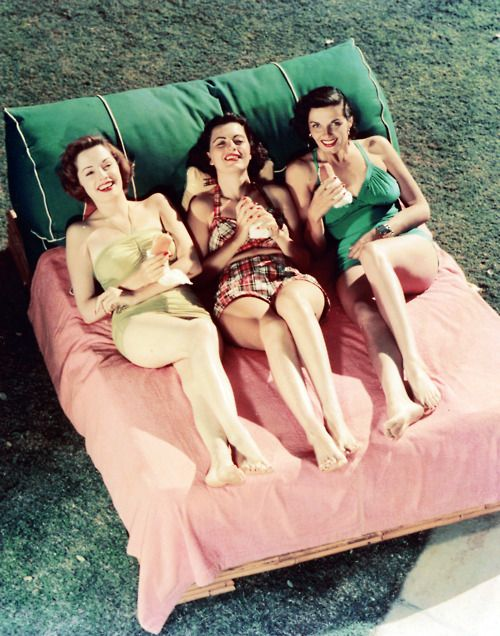 Jane Greer, Faith Domergue and Jane Russell looking incredibly comfortable - and stylish - during the dog days of summer. #vintage #actresses #summer