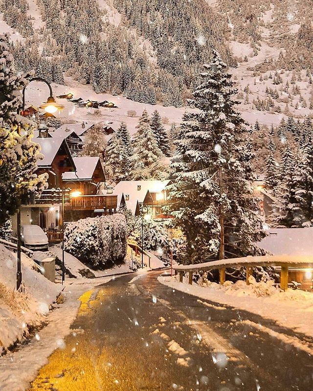 Follow @travellersmagazine for top travel content! Verbier magic ❄️ Photo by @sennarelax
