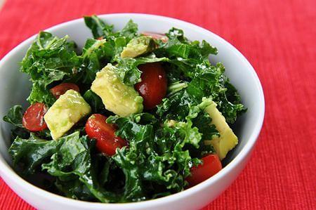 Ensalada de col rizada, tomates y aguacate - IMujer