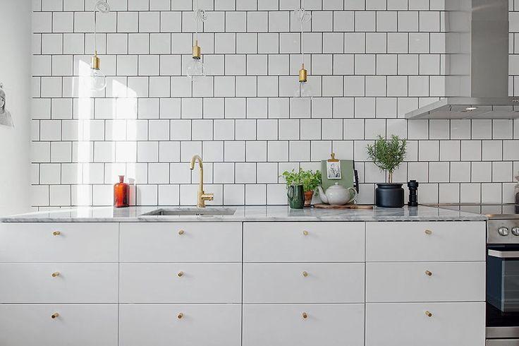 Plain kök med detaljer, dock utan överluckor By Emma.: Mässing + marmor