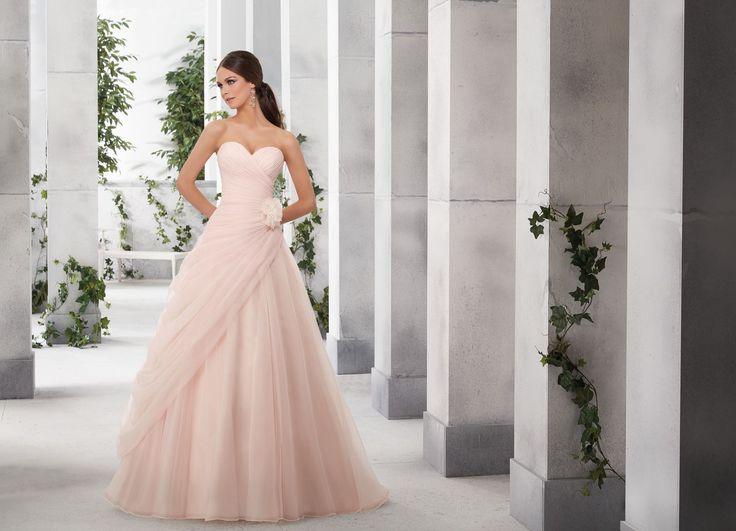 FAUSTINA Szykowna tiulowa suknia ślubna Madelina Gardner, linia A. Klasyczna elegancja i dziewczęcy urok, te dwie cechy łączy ta suknia …