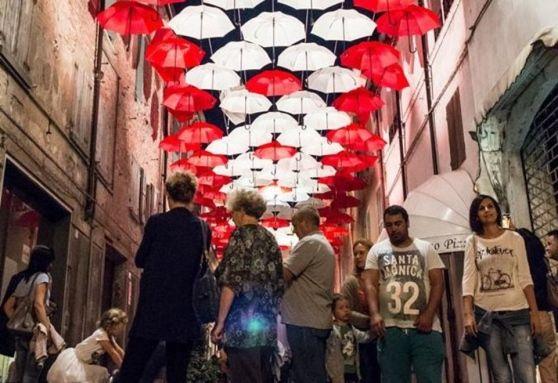 """Oltre duecento gli eventi organizzati. """"Notti d'arte"""" i martedì e giovedì di luglio Musei aperti, visite guidate e performance. Cinema all'aperto e musica in cantina"""