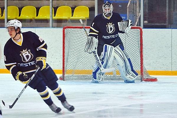 Kaapo Kähkönen on syntynyt vuonna 1996, ja pelaa Bluesin maalilla ainakin vuoteen 2016 asti.
