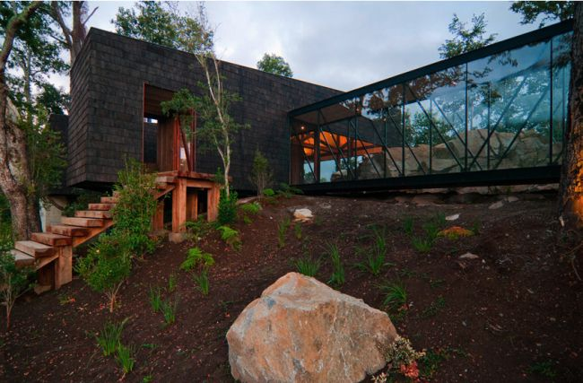 Elewacja - kamień? 15 Modern Rustic Homes with Black Exteriors   upcycledtreasures.com