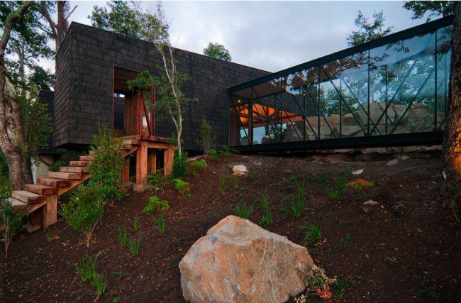 Elewacja - kamień? 15 Modern Rustic Homes with Black Exteriors | upcycledtreasures.com