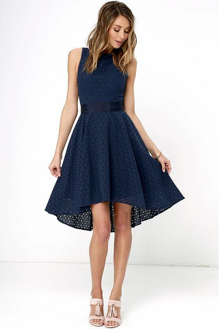 vestidos de noche, vestido en azul con parte inferior asimétrica, cinturón de satén, sandalias en rosado