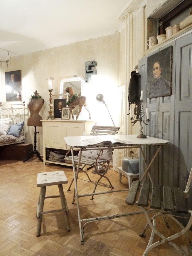 Ein Blog über das Leben und arbeiten mit alten Möbeln mit alten (meist) weißen Lacken, die wir in Frankreich, Belgien und Deutschland finden. Antike Möbel aufgearbeitet im shabbychic, Brocante und Industriestil. Mit viel Charme und Patina alter Zeiten. Reiseberichte und unsere Umgebung - die Uckermark.