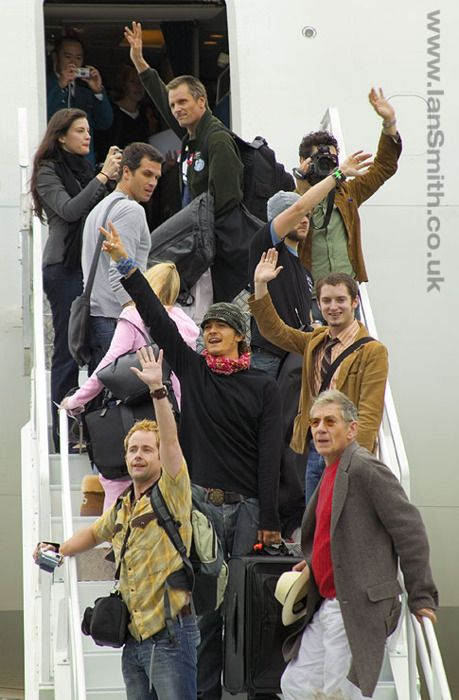 The LOTR Cast says good-bye to New Zealand. This, for some reason, is an epic, amazing photo :,(