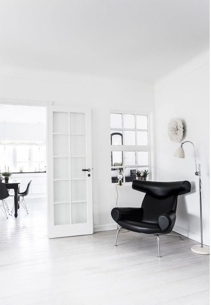 Sophisticated and elegant reading corner with a beautiful sculptural black leather chair.