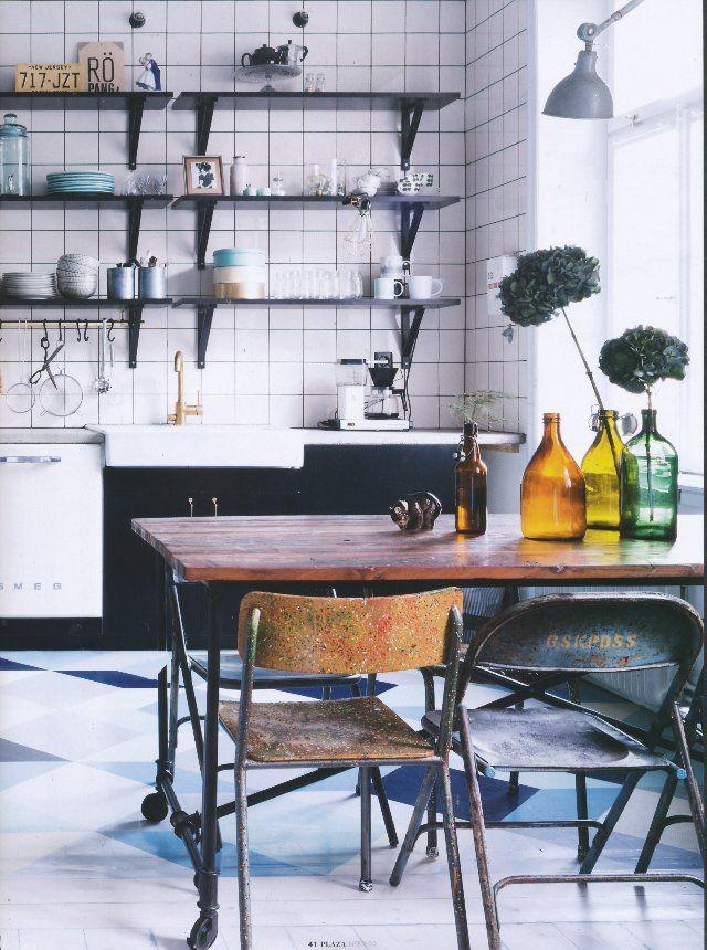 Praktiskt, vackert och mycket gediget ihopfällbart matbord med bordsskiva av solitt återvunnet trä.  Längd/Bredd/Höjd: 180/90/76 cm