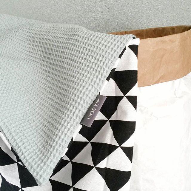 Wiegdeken oudgroen met zwart witte driehoekjes. Handmade en zelf samen te stellen  www.noez.nl